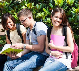 Studenti dell'Istituto Leonardo Da Vinci di fronte la scuola